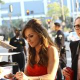 Minka Kelly gibt ihren Fans vor dem Regal Theatre in Los Angeles Autogramme.