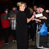 """Auf dem Weg zum """"British Olympic Ball"""" wird Queen-Enkelin Zara Phillips um Autogramme gebeten."""