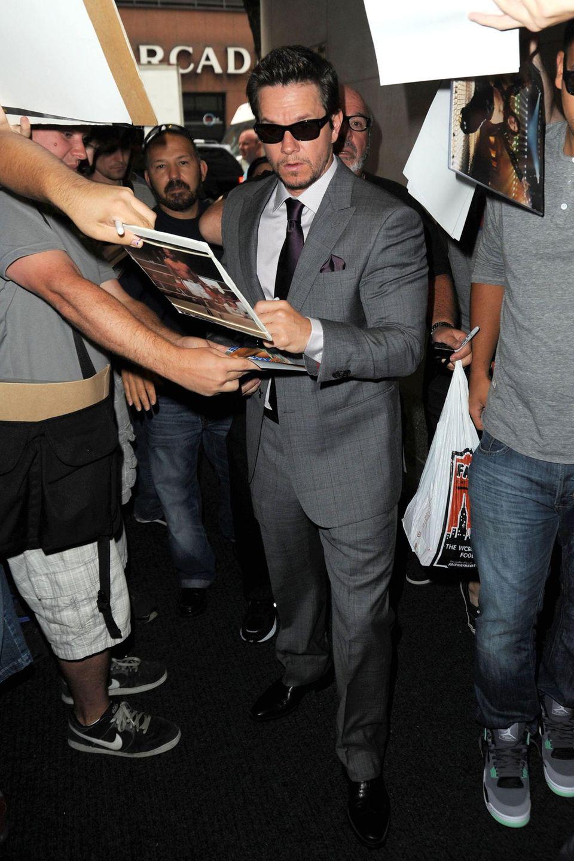 """Bevor Mark Wahlberg in der """"Today Show"""" in New York auftritt, gibt er ein paar Autogramme."""