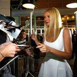 Gwyneth Paltrow erfüllt die Autogrammwünsche ihrer Fans vor einer Filmpremiere in Hollywood.