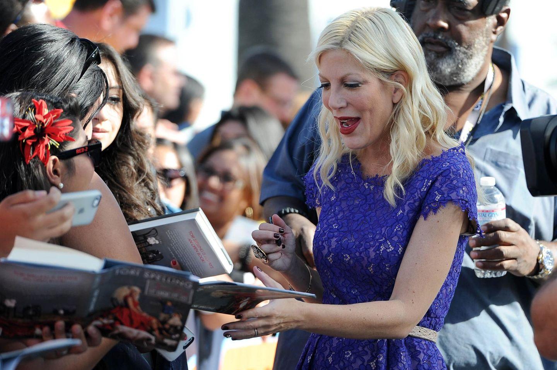 """Tori Spelling gibt ihren Fans Autogramme bevor sie ihr neues Buch in der """"Extra""""-Show in Hollywood vorstellt."""