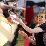 Nicole Kidman gibt bei ihrer Ankunft auf dem roten Teppich fleißig Autogramme.