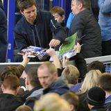 """""""Oasis""""-Songwriter Noel Gallagher gibt während eines Fußballspiels in der englischen Premier League Autogramme."""