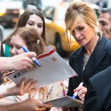 "Konzentriert schreibt Julia Roberts bei der ""The Normal Heart""-Premiere in New York Autogramme."