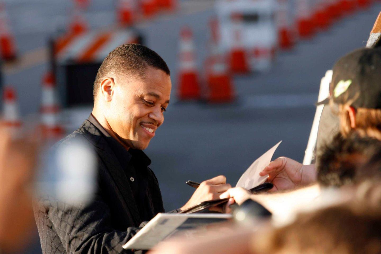 Cuba Gooding Jr. schreibt vor einer Filmpremiere fleißig Autogramme.