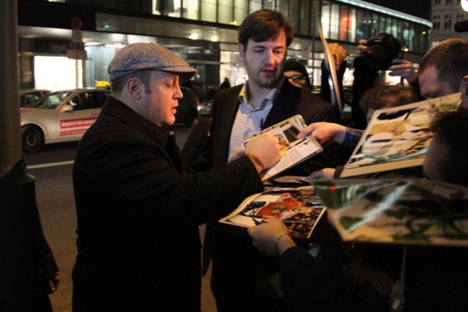 17. Januar 2011: Nach dem Abendessen im Borchardt Restaurant in Berlin, schreibt Kevin James gerne ein paar Autogramme.