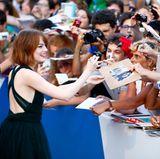 """Emma Stone gibt bei ihrer Ankunft zu der """"Birdman""""-Premiere fleißig Autogramme."""