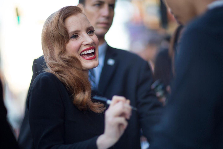 """""""Interstellar""""-Hauptdarstellerin Jessica Chastain gibt den vor dem """"TCL Chinese Theatre"""" in Hollywood wartenden Fans vor der Filmpremiere Autogramme."""
