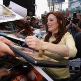 Julianne Moore bekommt einen Stern auf dem berühmten Walk of Fame. Vorher schreibt die Schauspielerin fleißig Autogramme.