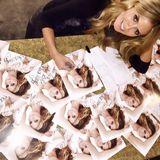 Heidi Klum unterschreibt mit sehr viel Sorgfalt ihre Autogrammkarten und macht ihre Fans glücklich.