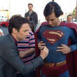 Zach Braff hinterlässt auf dem Superman-Anzug eines Fans seine Unterschrift.