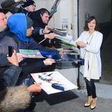 """Marion Cotillard wird sehnsüchtig erwartet: Als sie das """"Huff Post Building"""" in New York verlässt nimmt sie sich zwei Minuten Zeit für die Fans."""