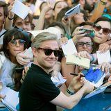 """Martin Freeman gibt gut gelaunt auf dem """"Giffoni Festival"""" in Italien Autogramme."""