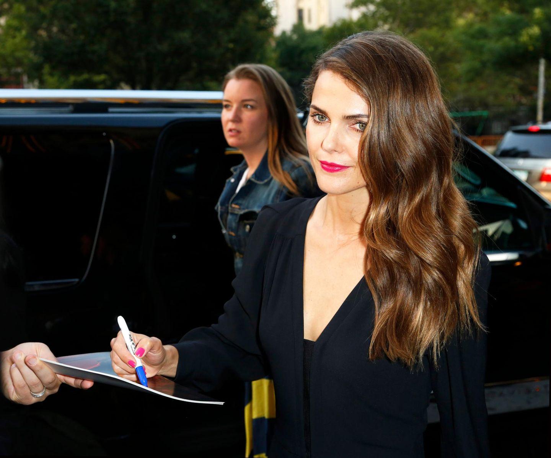 Keri Russell zückt den Stift auf dem Weg zu einer Filmpremiere in New York.