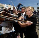 """Nachdem Kate Winslet mit einem Stern auf dem """"Walk of Fame"""" ausgezeichnet wurde, gibt sie noch ganz fleißig eine Autogrammstunde in Hollywood."""