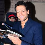 "Im Studio von ""The View"" in New York City verteilt Ioan Gruffudd Autogramme an seine Fans."