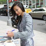 Auf dem Weg zu einem Radiosender in New York schreibt Zoe Saldana ein paar Autogramme.