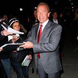 """Gut gelaunt erscheint Arnold Schwarzenegger bei der """"Sabotage""""-Premiere in New York City und gibt fleißig Autogramme."""