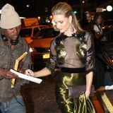 """Auf dem Weg zur """"Met Gala"""" in New York verteilt Rosie Huntington-Whiteley noch schnell ein Autogramm."""