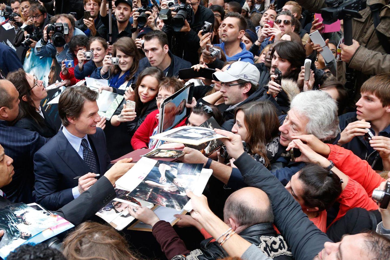"""Tom Cruise nimmt ein Bad in der Menge und gibt Autogramme bei der Filmaufführung von """"Edge of Tomorrow""""."""