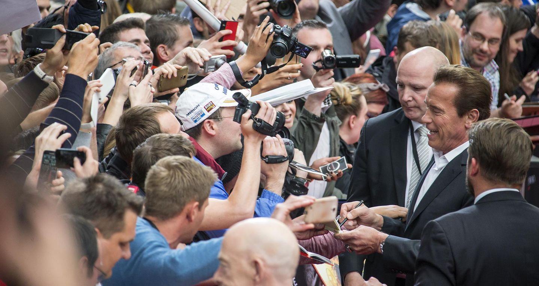 """Bevor die Premiere zu """"Terminator Genisys"""" in Berlin startet, signiert Arnold Schwarzenegger noch schnell Autogrammkarten."""