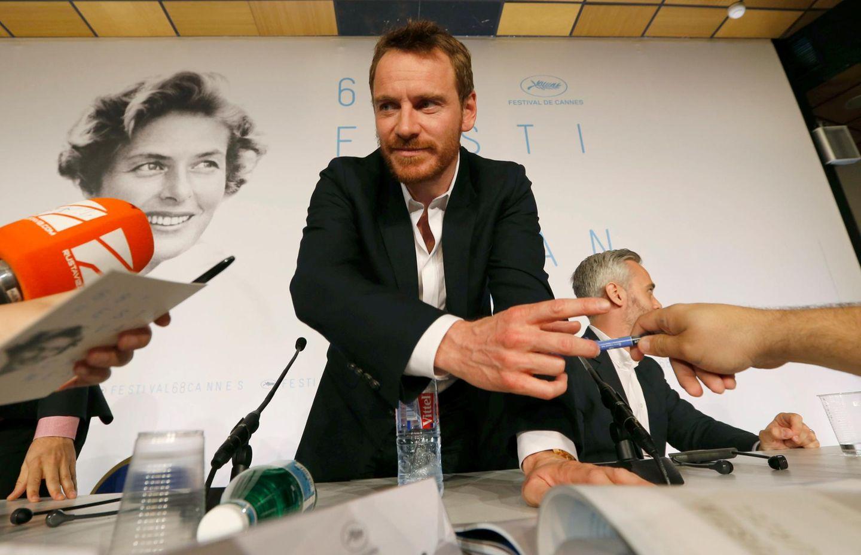 Nach der Konferenz verteilt Micheal Fassbender noch ein paar Autogramme an die Journalisten.