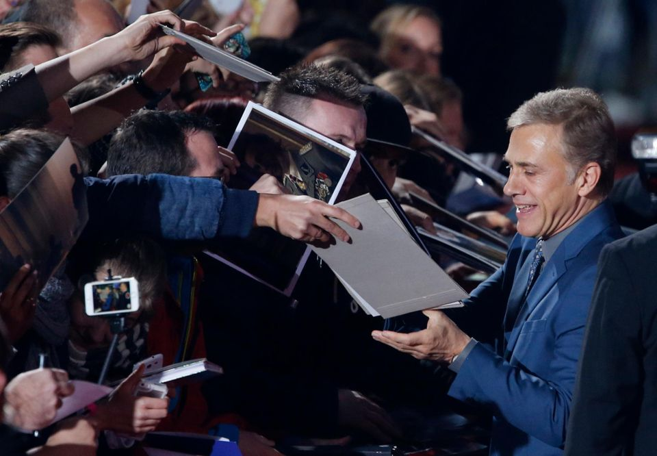 """Der Schauspieler Christoph Waltz kann sich vor Autogrammjägern kaum retten, als er bei der Premiere des neuen James Bond 007 Films """"Spectre"""" in Berlin ankommt."""