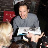 """Nach seinem Auftritt als """"Hamlet"""" im Barbican Theatre in London nimmt sich Benedict Cumberbtach Zeit für Autogramme."""