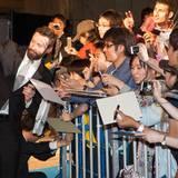 """In Tokio macht Hugh Jackman bei der Premiere von """"X-Men: Days of Future Past"""" ein Selfie mit seinen japanischen Fans."""