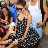 Vanessa Hudgens ist in Ischia, Italien, unterwegs und wir von Fans um ein Autogramm gebeten. Kurzerhand nutzt die Schauspielerin ihr Bein als Schreibunterlage.