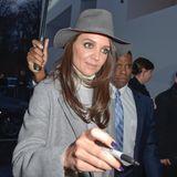 Das Wetter und das Outfit ist grau in grau in Berlin, zur Fashion Week, aber Katie Holmes versüßt das Warten der Fans und gibt Autogramme.