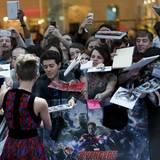 """Bevor Scarlett Johansson die Premiere von """"Avangers: Age of Ultron"""" feiern kann, verteilt sie noch Autogramme an ihre Fans."""