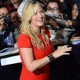 """Kate WInslet gibt Autogramme bevor es ins Kino zur Premiere von """"The Divergent"""" in Los Angeles geht."""