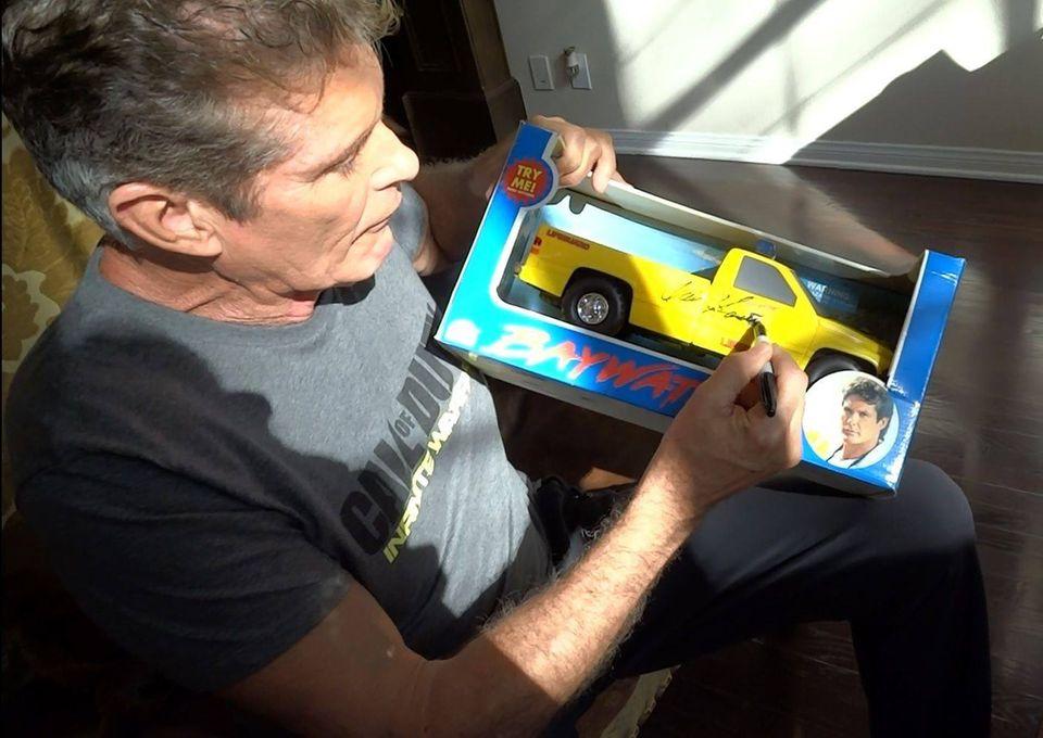 Für einen guten Zweck versieht David Hasselhoff jede Menge Fanutensilien mit Autogrammen. Fans können diese bei Ebay ersteigern.