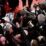 George Clooney kann sich bei der Berlinale kaum vor Autogrammwünschen retten.