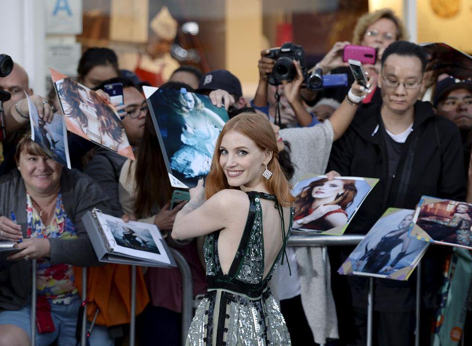 """Jessica Chastain gibt ihren Fans vor der Premiere von """"The Huntsman: Winter's War"""" in Los Angeles Autogramme."""