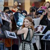 "Jessica Chastain gibt ihren Fans vor der Premiere von ""The Huntsman: Winter's War"" in Los Angeles Autogramme."