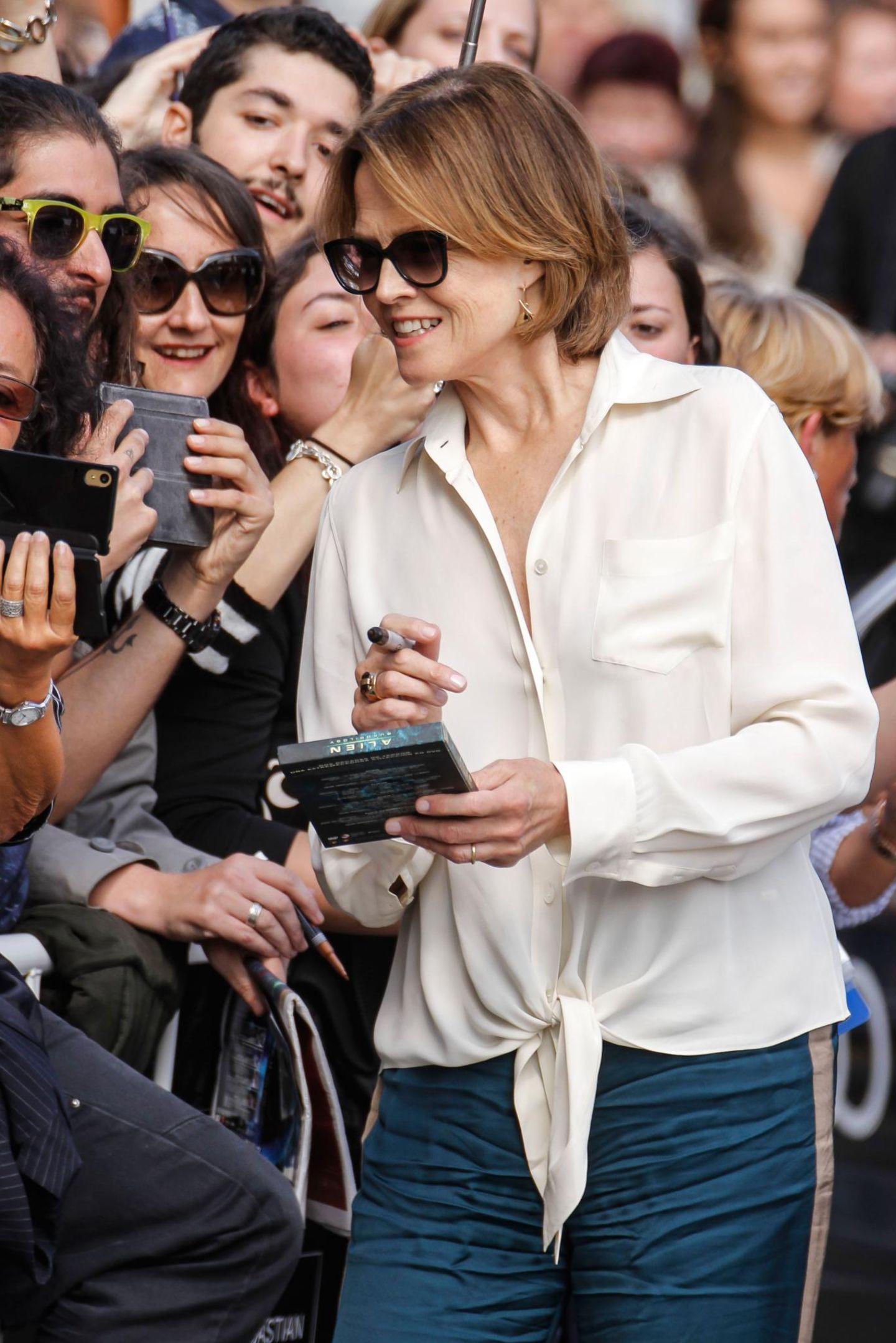 """Beim 64. San Sebastian Film Festival nimmt sich Sigourney Weaver viel Zeit für die wartenden Fans und macht Selfies und signiert Autogramme. Sie stellt ihren neuen Film """"A Monster Calls"""" vor."""