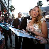 """Scarlett Johansson nimmt sich viel Zeit auf dem roten Teppich vor der Premiere von """"Captain America"""" in Hollywood."""