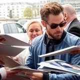 """Deutsche Fans sind wahre Autogrammjäger. Chris Pine muss zumindest viele Unterschriften geben, bevor er ins Studio des Sat.1 """"Frühstücksfernsehens"""" gelassen wird, um seinen Film """"Star Trek"""" zu promoten."""