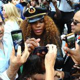 """Tennisspielerin Serena Williams gibt im """"Madison Square Park"""" in New York City Autogramme und steht für Fotos bereit."""