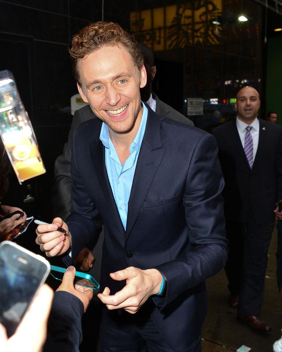 """""""Thor""""-Schauspieler Tom Hiddleston kommt gut gelaunt im Regen zum New Yorker Frühstücksfernsehen und gibt seinen Fans gerne ein Autogramm."""