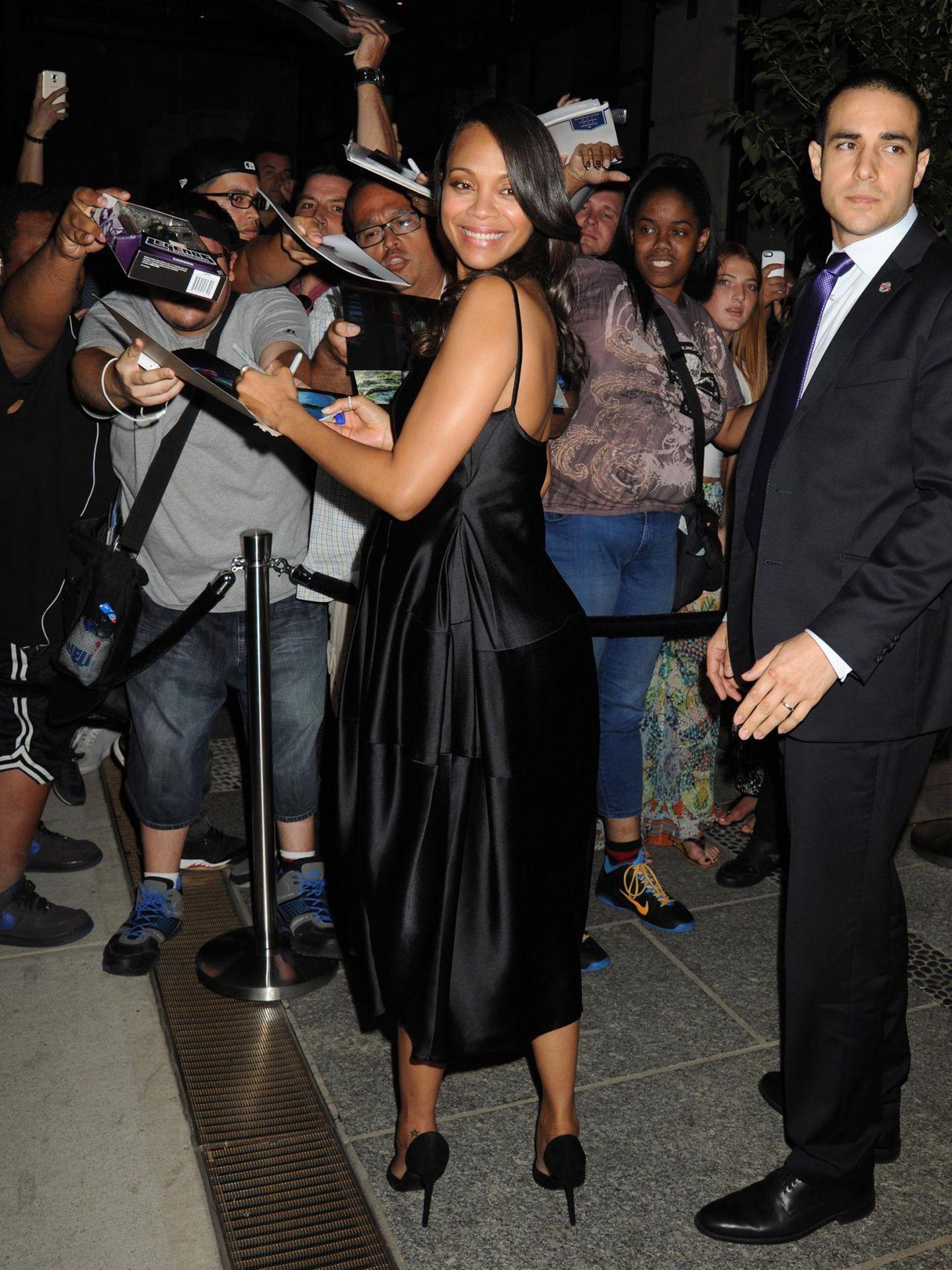 Zoe Saldana goibt in New York vor ihrer Filmpremiere viele Autogramme.
