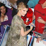 """Kate Mara erfüllt bei der Premiere von """"Transcendence"""" in Los Angeles ihren Fans den Wunsch nach Autogrammen."""