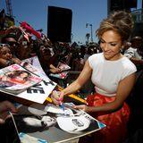 Es ist ein besonderer Tag für Jennifer Lopez: sie bekommt einen Stern auf dem Walk of Fame und gibt vorher freudestrahlend Autogramme.