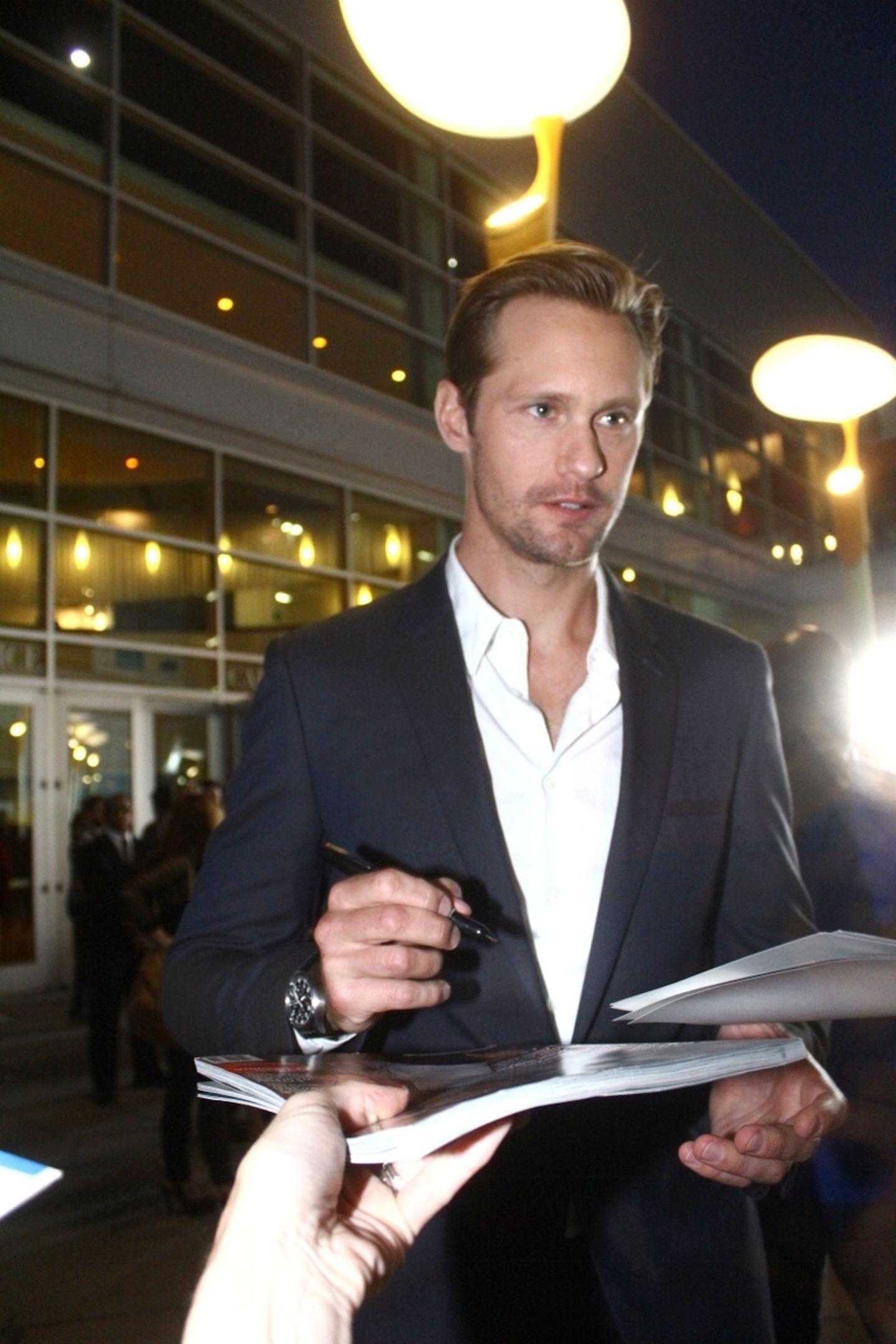 Alexander Skarsgård verteilt fleißig Autogramme in Hollywood.