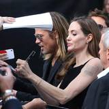 Brad Pitt und Angelina Jolie zeigen sich gemeinsam auf dem roten Teppich, was die Herzen der Autogrammjäger höher schlagen lässt.