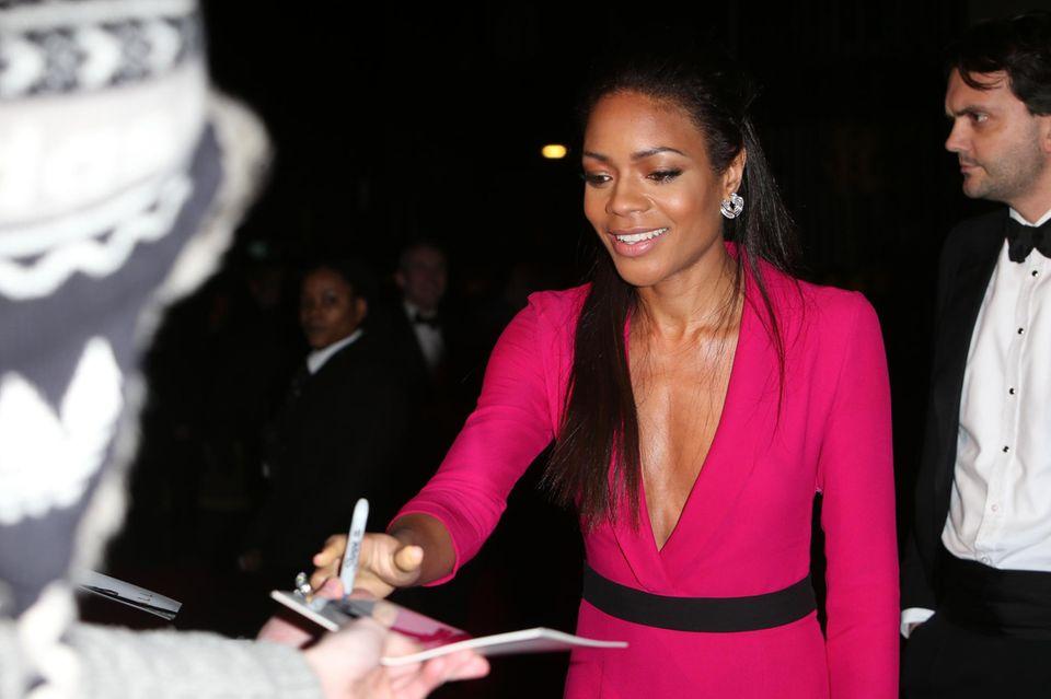 Naomie Harris gibt ihren Fans vor der Verleihung der BAFTA-Awards in London liebend gern ein Autogramm.