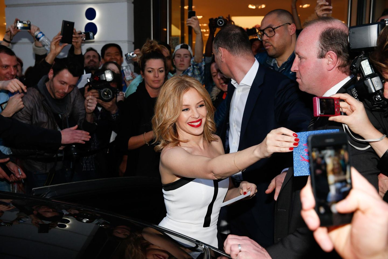 """Kylie Minogue gibt vor dem """"Collette""""-Store in Paris Autogramme. Danach geht es für sie mit dem Hochgeschwindigkeitszug """"Eurostar"""" nach London."""