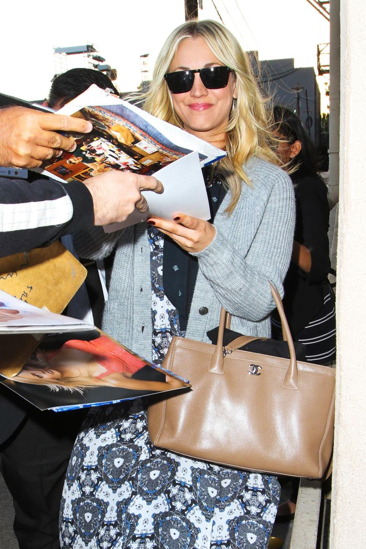 """""""The Big Bang Theory""""-Star Kaley Cuoco signiert bei ihrer Ankunft zu """"Jimmy Kimmel Live"""" in Hollywood noch schnell ein paar Bilder von sich."""